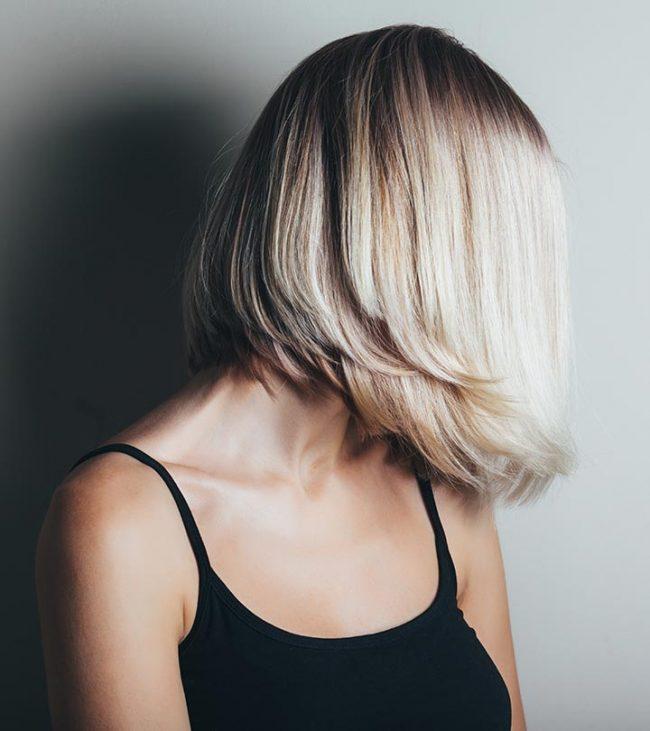 Obrnuta paž frizura na dugoj plavoj kosi